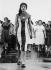 Jeune femme portant une robe inspirée du drapeau cubain. La Havane (Cuba), 1961. © Claude Jacoby/Ullstein Bild/Roger-Viollet