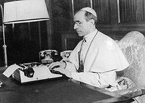 Pope Pius XII (Eugenio Maria Giuseppe Giovanni Pacelli, 1976-1958), typewriting at his desk. Vatican City © Collection Roger-Viollet / Roger-Viollet