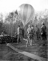 World War I. Launching a balloon with the conditions of the Armistice. November 10, 1918. © Jacques Boyer / Roger-Viollet