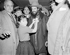 """Marjorie Lopez, représentante du journal """"El Imparcial"""", accrochant une fleur sur la veste du commandant Camilo Cienfuegos (1932-1959), révolutionnaire cubain, avant son départ pour Cuba. Aéroport de New York (Etats-Unis), 22 février 1959.  © Saavedra / The Image Works / Roger-Viollet"""