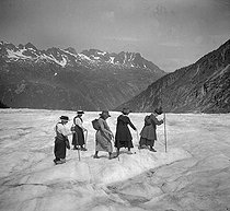 Crossing the glacier near Chamonix (Haute-Savoie), August 1919. Photo by Ernest Roger.    © Ernest Roger / Roger-Viollet