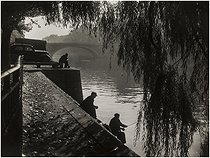 Fisherman on the banks of the river Seine. Background : the pont Louis-Philippe, Quai de l'Hôtel-de-Ville. Paris (IVth arrondissement), 1950-1959. Photograph by Edith Gérin (1910-1997). Bibliothèque historique de la Ville de Paris. © Edith Gérin / BHVP / Roger-Viollet