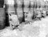 Insurrection de Pâques 1916. Soldats de l'armée britannique embusqués derrière des tonneaux de Guiness. Dublin (République d'Irlande).  © TopFoto / Roger-Viollet