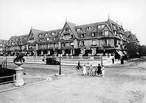 Front view of the Normandy Hotel. Deauville (Calvados), around 1920. © CAP / Roger-Viollet