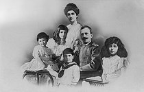 The Italian royal family. King Victor Emmanuel III of Italy (1869-1947), Queen Elena of Montenegro and their children (from left to right : Princesses Giovanna and Mafalda, Prince Umberto II and Princess Yolanda). © Maurice-Louis Branger / Roger-Viollet