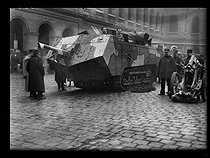 World War One. Exhibition of a French tank in the courtyard of the Invalides, with its crew. Paris, on Decemer 8, 1917. © Excelsior – L'Equipe/Roger-Viollet