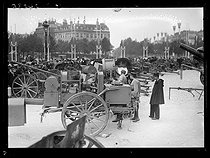 "Preparation for the Bastille Day ceremonies in Paris, early July 1919. Headlights for the funeral wake. Photograph from the collections of the newspaper ""Excelsior"" on July 12, 1919. © Excelsior - L'Equipe / Roger-Viollet"