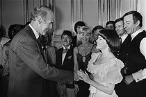 Christmas celebration at the Elysee Palace. Valéry Giscard d'Estaing (born in 1926), President of the French Republic greeting some artists among whom Mireille Mathieu (born in 1946), French singer, and Achille Zavatta (1915-1993), French clown. © Jacques Cuinières / Roger-Viollet