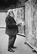 """Claude Monet (1840-1926), French painter, painting the """"Nymphéas"""", on the day of his 80th birthday. Giverny (France), 1920. © Collection Roger-Viollet / Roger-Viollet"""