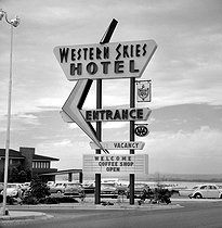 Sign of the Western Skies Hotel, near Albuquerque (New-Mexico, United States), April 1964. © Hélène Roger-Viollet et Jean Fischer / Roger-Viollet