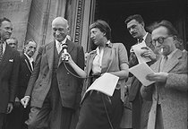 Robert Schuman (1886-1963), French politician, surrounded by journalists, at the time of the fall of his government. Paris, July 1948. © Roger-Viollet