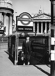 "Homme sortant de la station de métro ""Bank Station"". Londres (Angleterre), 1976.  © Rudolph Dührkoop/Ullstein Bild/Roger-Viollet"