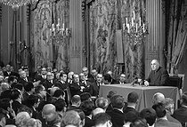 General De Gaulle, president of the French Republic, giving a press conference, about the issue in Middle East, in the presence of the members of the government, his line (André Malraux, George Pompidou, Michel Debré, with the first rank). Paris, Elysée palace, November 27, 1967. © Roger-Viollet