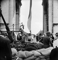 World War II. Liberation of Paris. Anti-aircraft gun in front of the Arc de Triomphe. Paris (VIIIth arrondissement), on August 27, 1944. © Pierre Jahan/Roger-Viollet