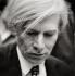 Andy Warhol (1928-1987), artiste et cinéaste américain, lors de la rétrospective qui lui est consacrée, au musée du XXème siècle. Vienne (Autriche), 1981. Collection des manuscrits de la ville de Vienne. © Imagno / Roger-Viollet