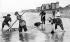 Pêche à la crevette. Asnelles (Calvados), vers 1900.  © CAP/Roger-Viollet