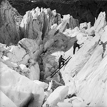 Climbers at a dangerous passage to the Bossons upper glacier (1700 m). Chamonix (France), circa 1865. © Roger-Viollet