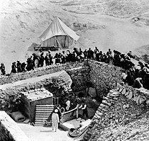 Discovery of Pharaoh Tutankhamun's tomb (who died in 1323 BC) in 1923. The removal of the funerary bed made of gilded wood, in the presence of Howard Carter. © Roger-Viollet
