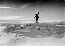 Man hunting in Greenland. © Collection Roger-Viollet / Roger-Viollet