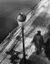 Couple de personnes âgées marchant au bord d'un fleuve, 1950-1960. © Alinari/Roger-Viollet