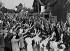 Crise des Sudètes. Habitants saluant le retour des garde-frontières, 22 septembre 1938. © Imagno / Roger-Viollet