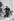 """Tournage de """"Cléo de 5 à 7"""", film d'Agnès Varda. Agnès Varda et Corinne Marchand. France, 1962. © Jean-Régis Roustan / Roger-Viollet"""