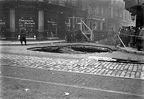 Floodings of Paris, 1910. Crater in the road of the Caumartin's street.     BOY 6756 © Jacques Boyer/Roger-Viollet