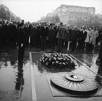 General Charles de Gaulle (1890-1970), President of the French Republic, and John Fitzgerald Kennedy (1917-1963), President of the United States, at the Arc de Triomphe. On the left : Michel Debré and Raymond Triboulet. Paris (VIIIth arrondissement), May 1961. © LAPI / Roger-Viollet