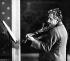 Albert Einstein (1879-1955), physicien américain d'origine allemande, jouant du violon.   © TopFoto / Roger-Viollet