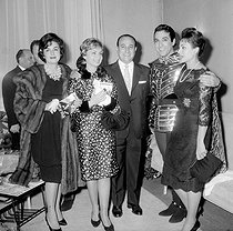 """Luis Mariano (second on the right, 1914-1970), Spanish singer, congratulated by Annie Cordy, Tino Rossi and Carmen Sevilla, after the premiere of the operetta """"Le Secret de Marco Polo"""". December 1959. © Roger-Viollet"""