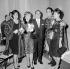 """Luis Mariano (second à droite, 1914-1970), chanteur espagnol, félicité par Annie Cordy, Tino Rossi et Carmen Sevilla, lors de la première du """"Secret de Marco Polo"""". Décembre 1959. © Roger-Viollet"""