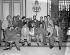 Membres du comité révolutionnaire du mouvement du 26 juillet se réunissant avec Fidel Castro afin de résoudre certains problèmes internes au mouvement. Rolando Cubela (assis au centre avec un chapeau) et Faure Chomon (assis au centre avec un bouc). Sont aussi présents : Orlando Perez, Enrique Rodriguez, Eleuterio Huey, Gustavo Marchand, John Figueroa, le capitaine Jorge Rabreno, Samuel B. Cherson, Angel Guir, Jose Puentes Blanco et Angel Diaz. La Havane (Cuba), palais présidentiel, janvier 1959. © Saavedra/The Image Works/Roger-Viollet