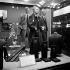 Mannequins dans la vitrine d'un magasin de vêtements, sous les traits de John F. Kennedy (1917-1963), homme d'Etat américain, et de Harold Macmillan (1894-1986), homme politique britannique. Londres (Angleterre), 2 janvier 1963. © TopFoto / Roger-Viollet