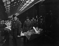 Arrival of wounded persons from Indochina. Paris, May 1951.  © Collection Roger-Viollet/Roger-Viollet