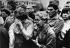 Printemps de Prague. Entrée des troupes du pacte de Varsovie en Tchécoslovaquie. Personnes pleurant devant la statue de Wendel la mort de civils tués par les troupes soviétiques. Prague, 21 août 1968. © Ullstein Bild / Roger-Viollet