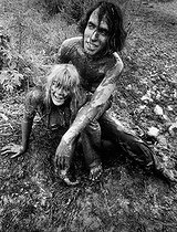 Couple dans la boue. Festival de Woodstock (New York), 1969.  © Michael Fredericks / The Image Works / Roger-Viollet