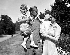 La princesse Elisabeth d'Angleterre et son époux, le prince Philip, duc d'Edimbourg, avec deux de leurs enfants, le prince Charles et la princesse Anne. Londres (Angleterre), Clarence House, 9 août 1951. © PA Archive / Roger-Viollet