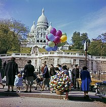 Woman selling balloons in front of the Sacré-Coeur, in the district of Montmartre. Paris (XVIIIth arrondissement), 1960's. © Collection Roger-Viollet/Roger-Viollet
