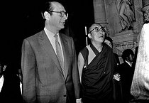 The Dalai Lama (Tenzin Gyatso, born in 1935), greeted in Paris by Jacques Chirac (born in 1932), French politician. © Roger-Viollet