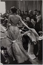 Parisian haute couture. Bettina (1925-2015), French model, wearing a Givenchy dress during a fashion show. 1954. Photograph by Jean Marquis (1926-2019). Bibliothèque historique de la Ville de Paris. © Jean Marquis / BHVP / Roger-Viollet