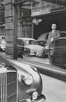 Magasin de voitures Bentley sur Bond Street. Londres (Angleterre), 1959. © Jean Mounicq/Roger-Viollet