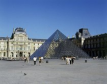 The Louvre Pyramid (architect : Ieoh Ming Pei, 1917-2019), staircase. Paris (Ist arrondissement), June 2000. © Roger-Viollet