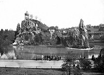 """Paris XIXth arrondissement, the park of the Buttes-Chaumont. Reproduction of the temple of Vesta known as """"of the Sibylle"""", in the ruins of Tivoli, in the Rome area. © Neurdein/Roger-Viollet"""