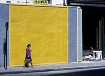 Woman walking past a yellow board, rue du Bac. Paris (VIIth arrondissement), July 1968. Photograph by Gösta Wilander (1896-1982). Paris, musée Carnavalet. © Gösta Wilander/Musée Carnavalet/Roger-Viollet