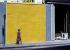 Femme passant devant un panneau jaune, rue du Bac. Paris (VIIème arr.), juillet 1968. Photographie de Gösta Wilander (1896-1982). Paris, musée Carnavalet. © Gösta Wilander/Musée Carnavalet/Roger-Viollet
