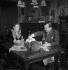 Alain Laubreau, gastronome français et sa femme à table. © Pierre Jahan / Roger-Viollet