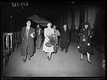 Dame Gracie Fields (1898-1979), born Grace Stanfield, English-born, later Italian-based singer and actress of both music-hall and cinema, at her arrival in Paris with her husband Monty Banks (1897-1950), April 15, 1940. © Excelsior - L'Equipe / Roger-Viollet