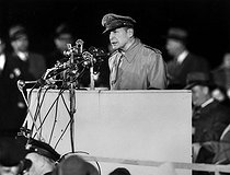 Korean War (1950-1953). Douglas MacArthur (1880-1964), General of the U.S. Army, making a speech back in the country. Chicago (United States), April 1951. © US National Archives / Roger-Viollet