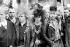 """Jeunes hommes membres des """"Punks for peace"""", manifestant pour le désarmement nucléaire dans le quartier de Brixton, dans le sud de Londres (Angleterre), 7 mai 1983. © PA Archive/Roger-Viollet"""