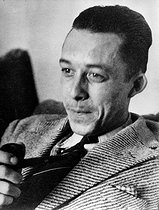 Albert Camus (1913-1960), French writer, at his place. © Roger-Viollet